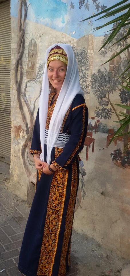 احدى السائحات ترتدي الثوب الفلسطيني في متجر شغل إيد لصاحبته رائدة كاكتوس دنيا ضاهر
