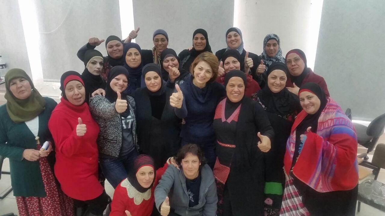 مديرة ومؤسسة ريماكس يور لايف لبنى خديجة مع المشاركات في احدى ورشاتها