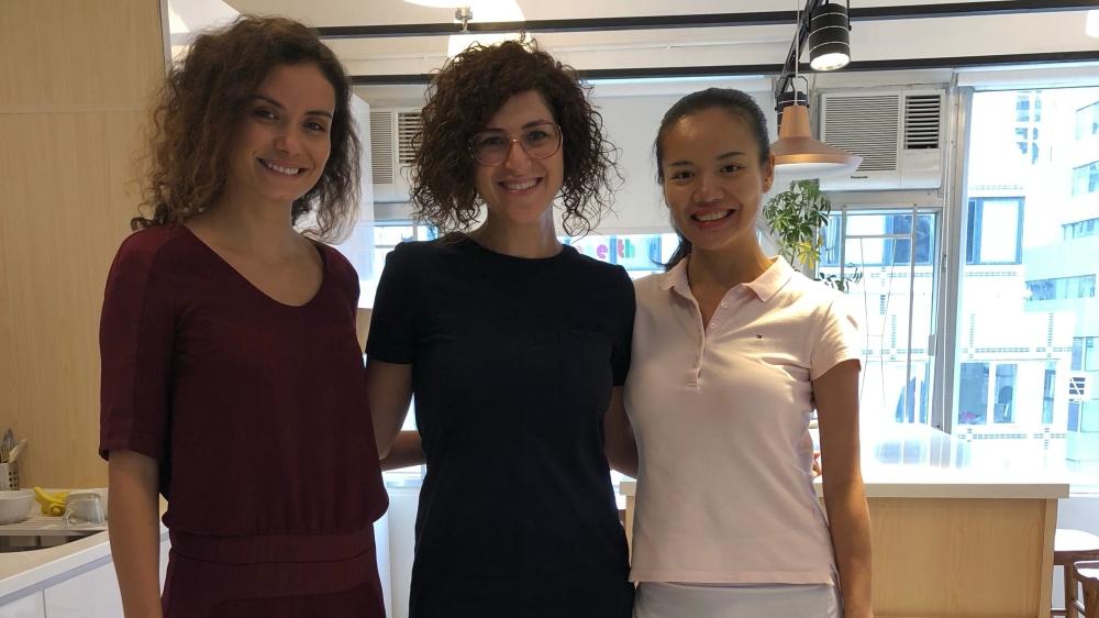مؤسسة كاكتوس عرين شحبري، مع مؤسسة شركة رائدات الأعمال إنيس جافسي وشريكتها في مكتبها في هونغ كونغ